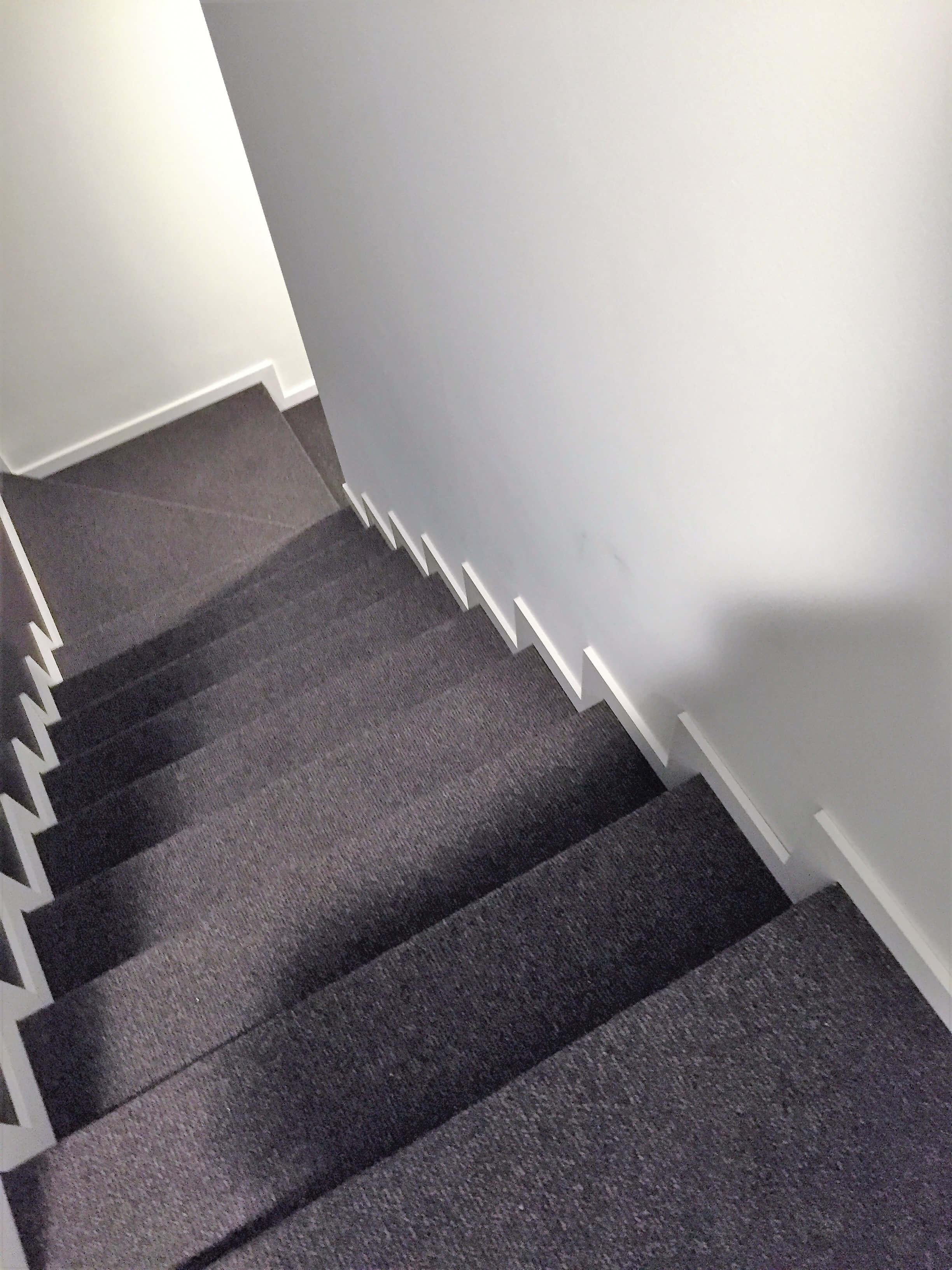 Escaliers en moquette , Revêtement de sol en moquette grise - Maison à Jambes | Walter Tiegel à Gembloux
