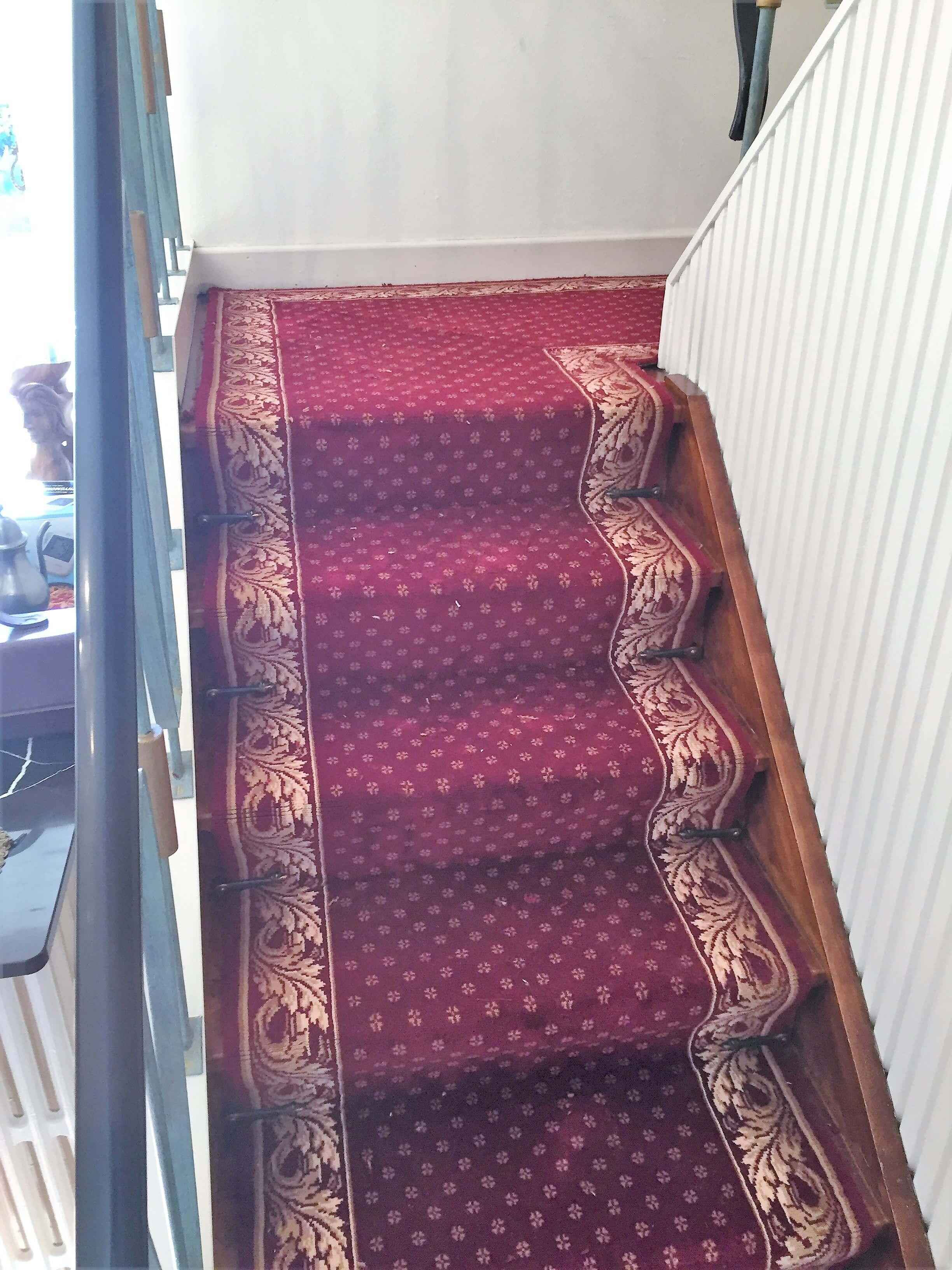 Escaliers en tapis plain , Revêtements de sol en tapis plain or et bordeaux - Maison à Gembloux | Walter Tiegel à Gembloux